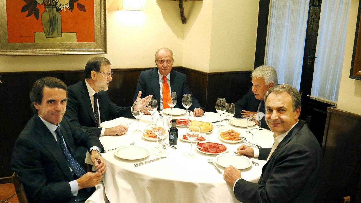 Fotografía de julio de 2015, del rey Juan Carlos, acompañado por el entonces presidente del Gobierno, Mariano Rajoy, y los expresidentes José María Aznar, Felipe González y José Luis Rodriguez Zapatero, durante una cena privada en el restaurante Casa Lucio, de Madrid. EFE