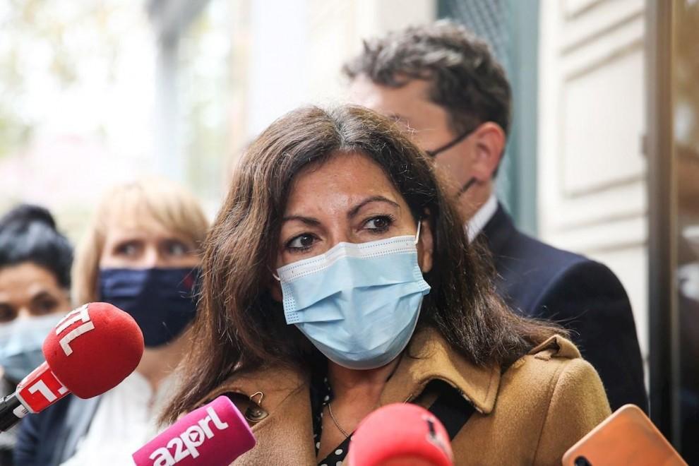 La alcaldesa de París Anne Hidalgo habla con los periodistas frente a la librería Abbesses, en París. — Mohammed Badra / EFE