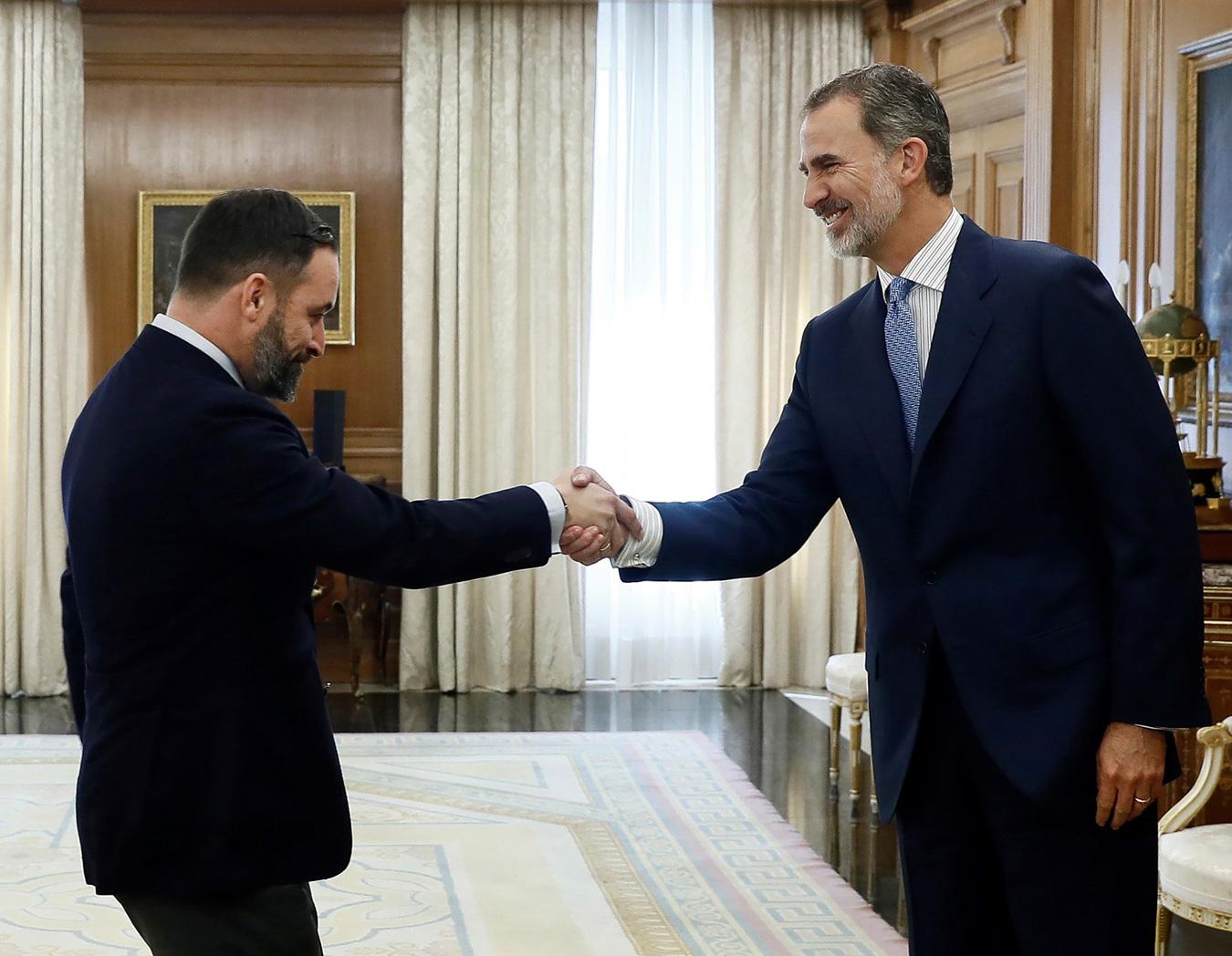 El líder de Vox, Santiago Abascal, saluda al rey Felipe VI durante las consultad de investidura de junio de 2019. - AFP