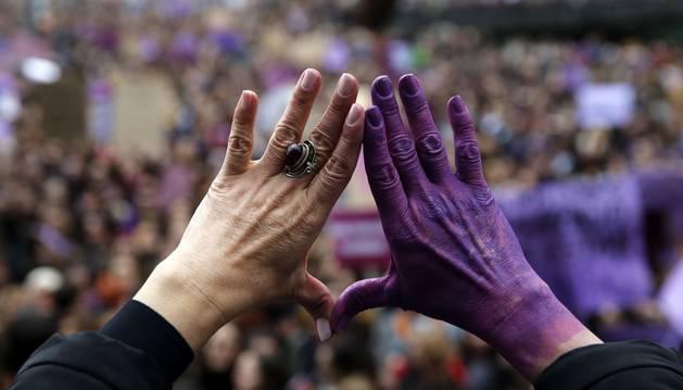 Una mujer con el gesto del feminismo este viernes en Bilbao durante una manifestación del 8M.- EFE