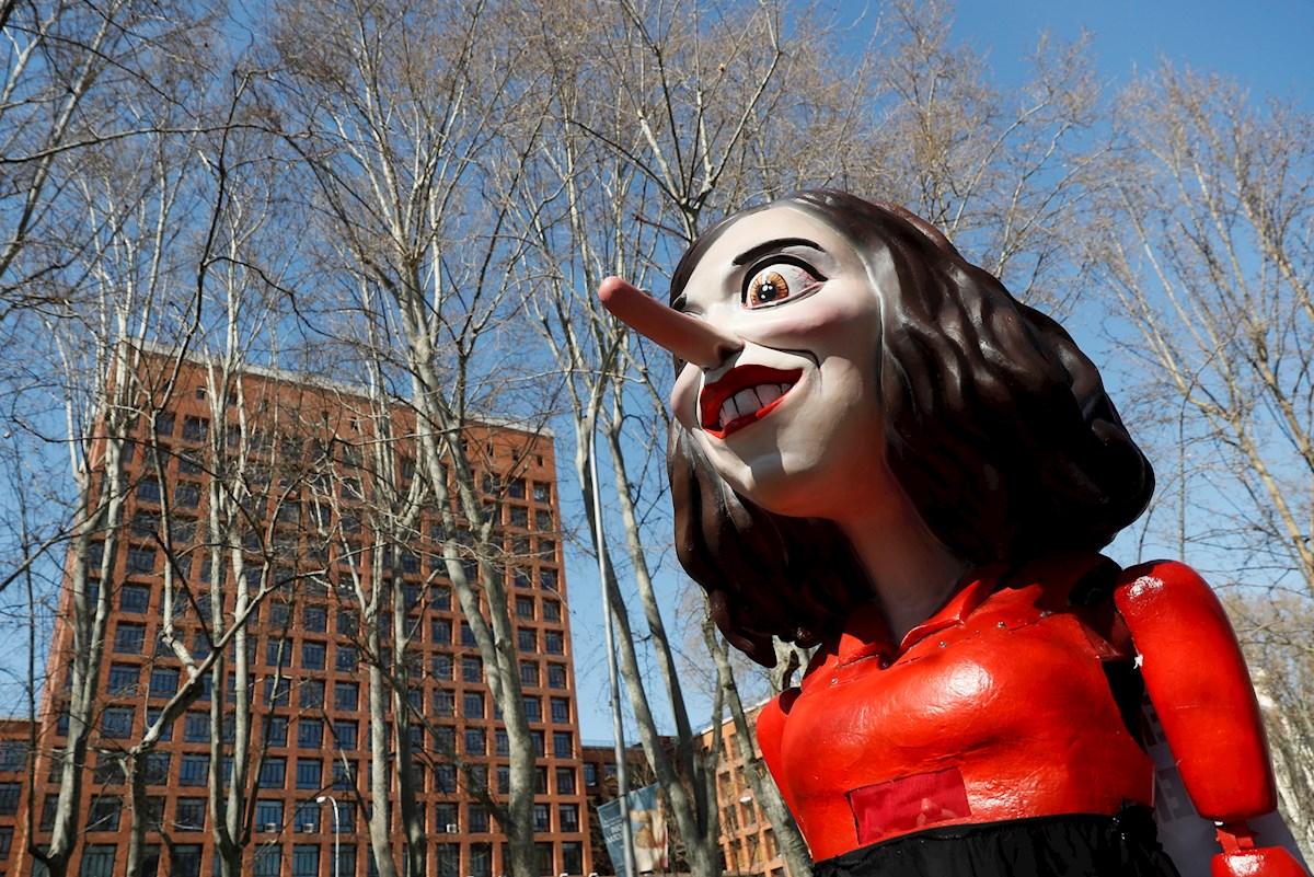 """Marioneta que representa a la presidenta de la Comunidad de Madrid, Isabel Díaz Ayuso, durante la protesta convocada por la Marea Blanca en defensa de la sanidad pública y para denunciar la """"desastrosa gestión"""" del gobierno autonómico. EFE/Mariscal"""