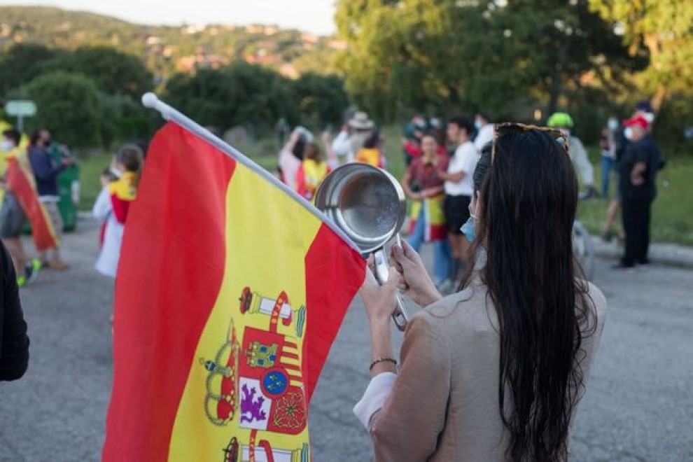 Una mujer protesta frente a la casa de Pablo Iglesias e Irene Montero.- EUROPA PRESS