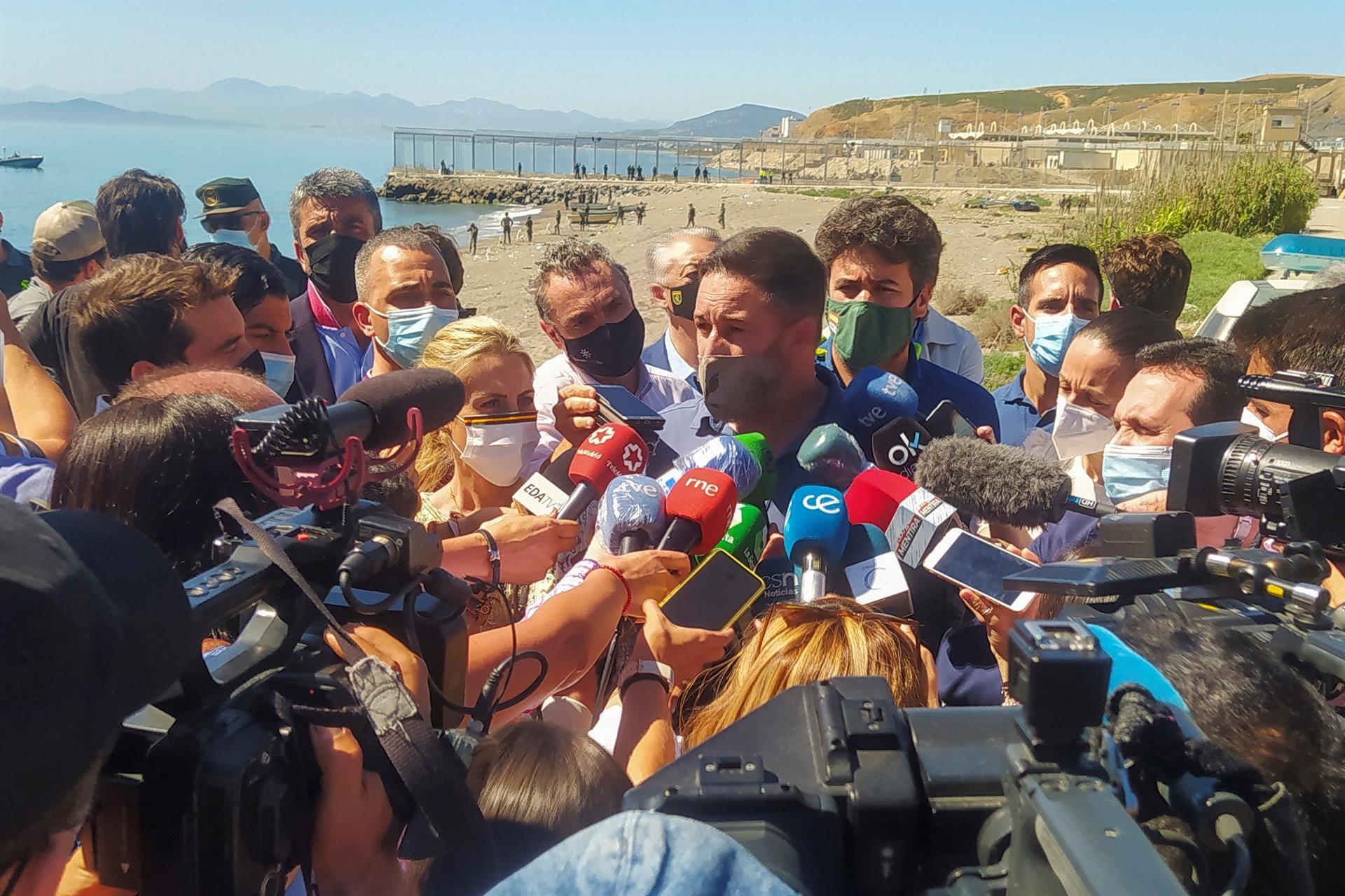 El líder de Vox, Santiago Abascal, atiende a los medios en Ceuta.- EFE