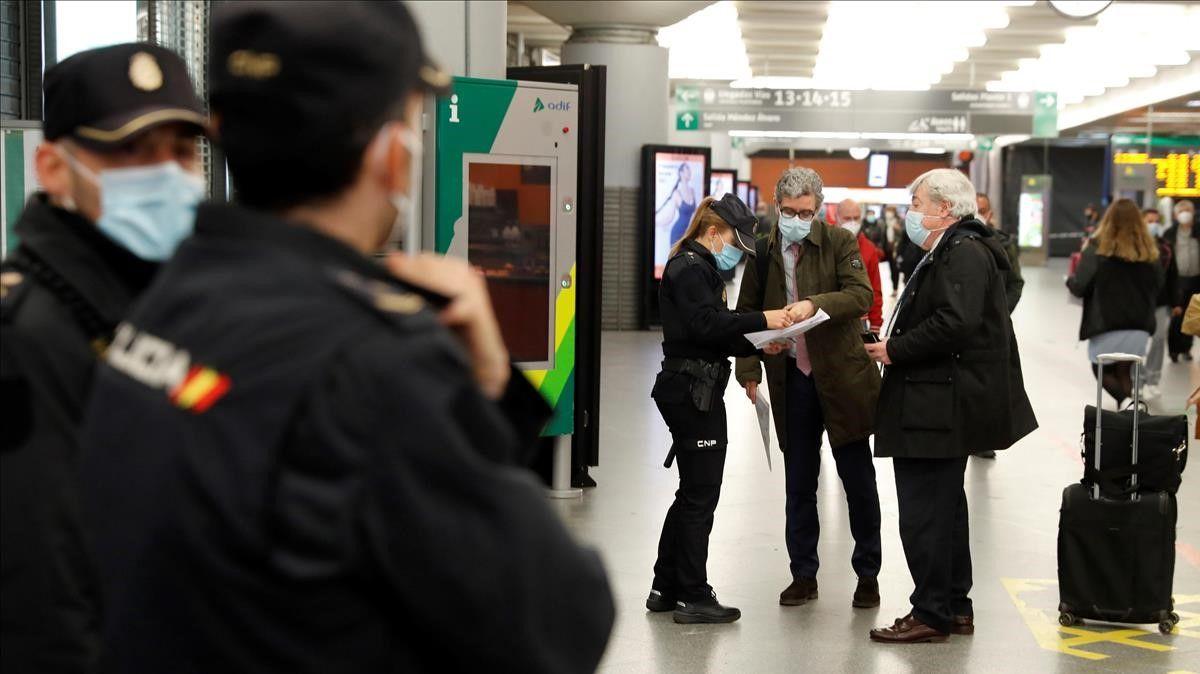Controles de la Policía Nacional en la estación de Atocha de Madrid, este jueves. / EFE / EMILIO NARANJO