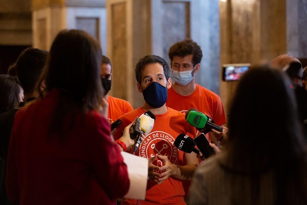El portavoz del Sindicat de Llogaters, Jaime Palomera, responde a los medios en los pasillos del Parlament catalán, en Barcelona. E.P./ David Zorrakino