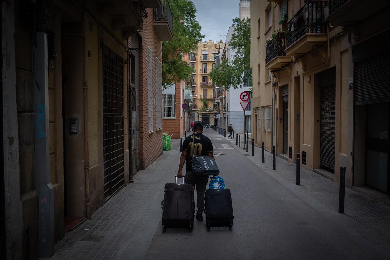 Los Mossos d'Esquadra ejecutan un desahucio de una familia (una pareja y sus dos hijos menores), en el barrio de Poble Sec, de Barcelona, en abril de 2012. E.P./David Zorrakino