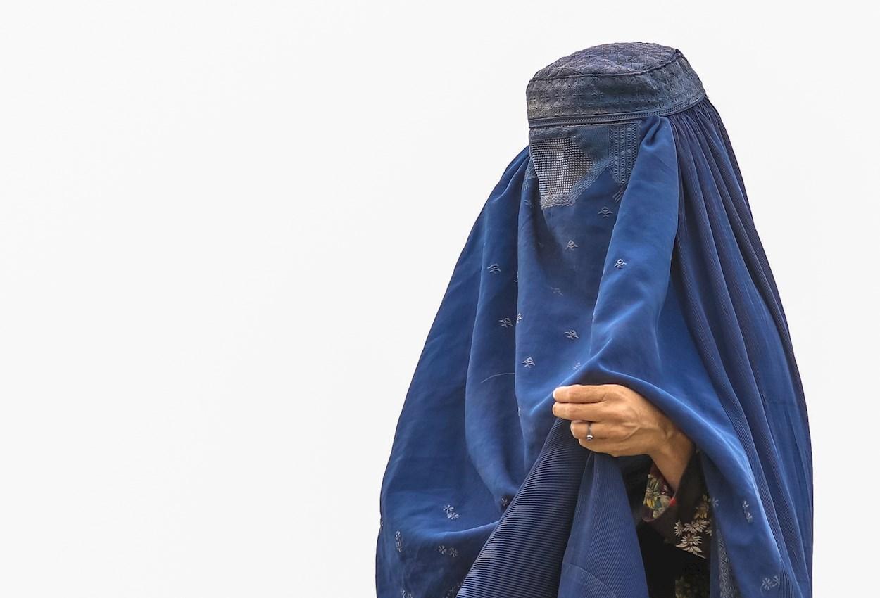 Una mujer con burka en Kabul (Afganistán). EFE/ Hedayatullah Amid
