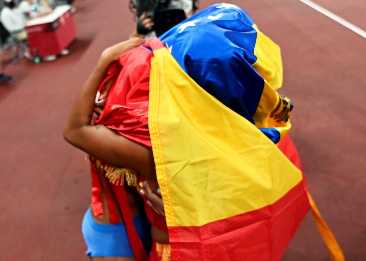 Dos atletas se abrazan tras una competición.