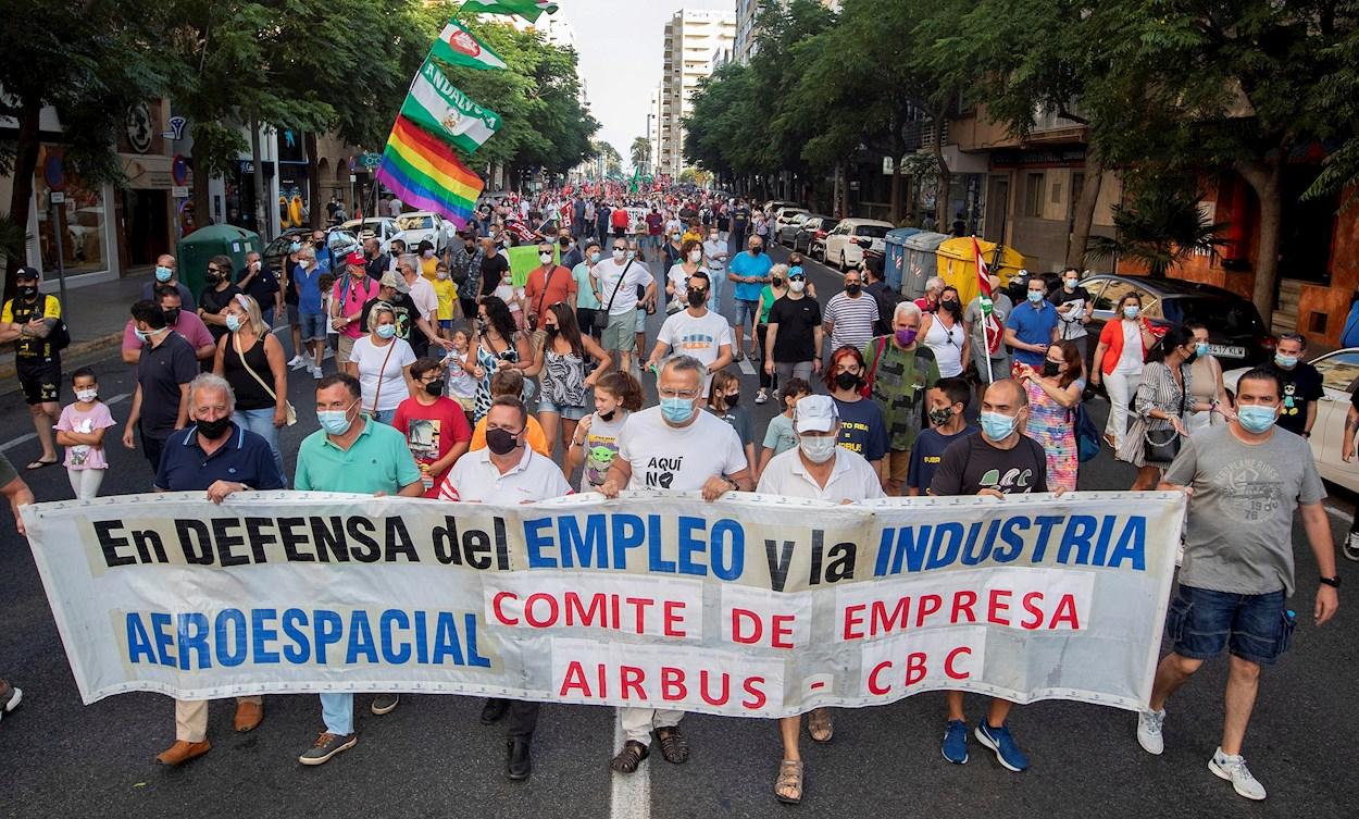 01/07/2021.- Unos 2.000 personas han participado hoy en la protesta convocada en Cádiz por el comité de Airbus Puerto Real en defensa del mantenimiento de esta factoría, justo el día en que la empresa ha confirmado que concentrará toda su actividad en la factoría vecina de El Puerto y aplicará un ERTE de larga duración. EFE/ Román Ríos
