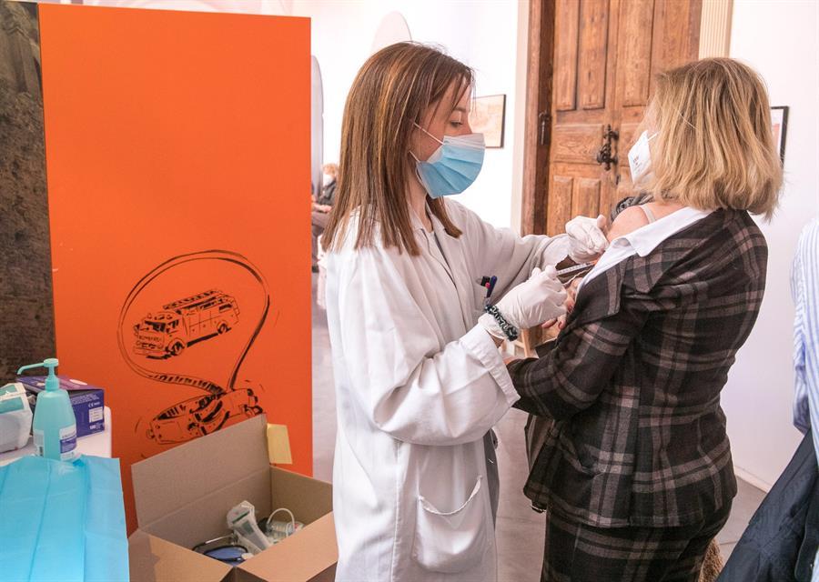 Una sanitaria administra una vacuna contra la covid-19 a una ciudadana. El Museo del Fuego de Zaragoza se ha habilitado como punto de vacunación a partir de este lunes, 12 de abril, fecha desde la que se quiere inocular a 250 personas por día. EFE/Javier Cebollada