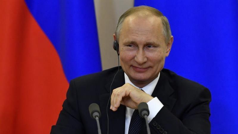 El presidente ruso, Vladímir Putin, sonríe durante una rueda de prensa. Imagen de archivo. EFE/Yuri Kadobn