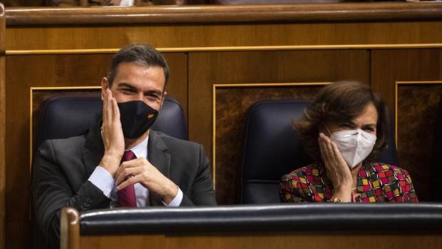 Pedro Sánchez y Carmen Calvo en sus escaños del Congreso de los Diputados. /EFE