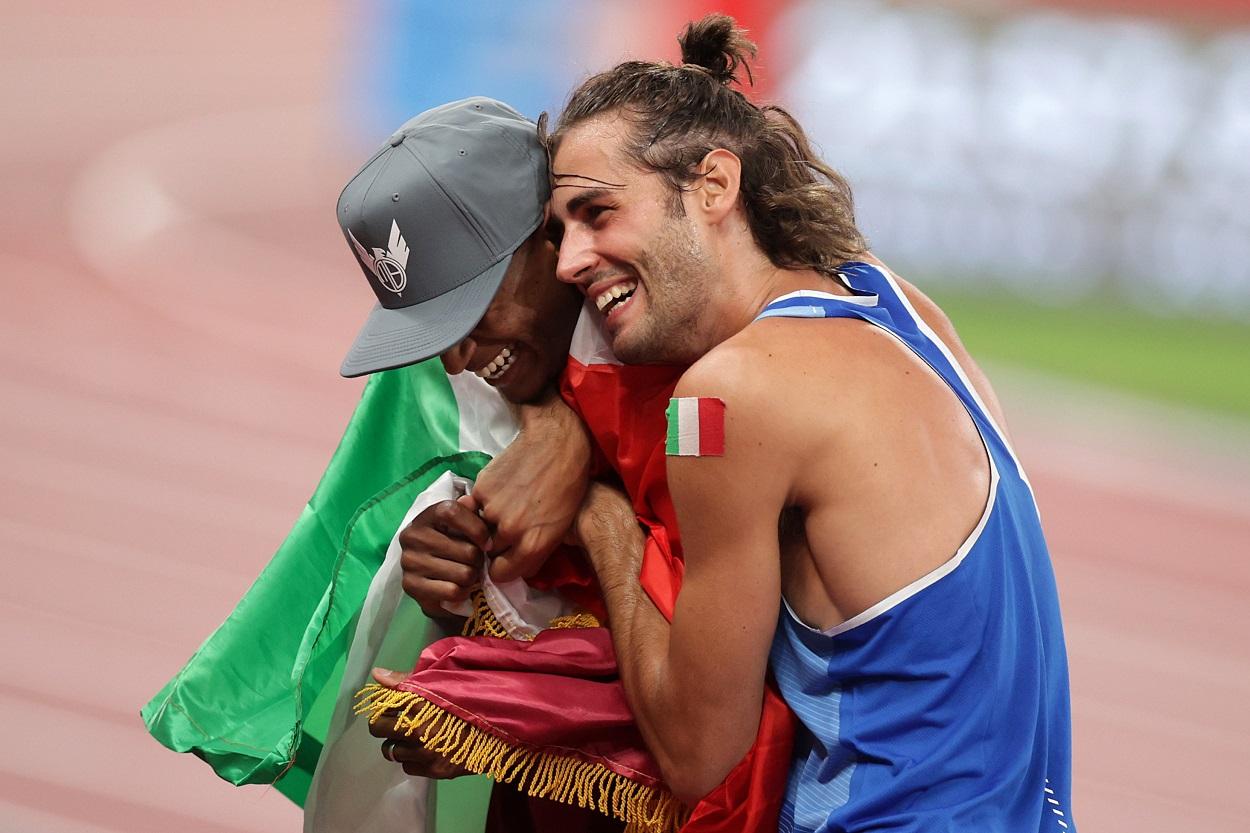 Los atletas Mutaz Essa Barshim (Qatar) y Gianmarco Tamberi (Italia) se abrazan tras compartir el oro en salto de altura en los JJOO de Tokio. REUTERS/Hannah Mckay