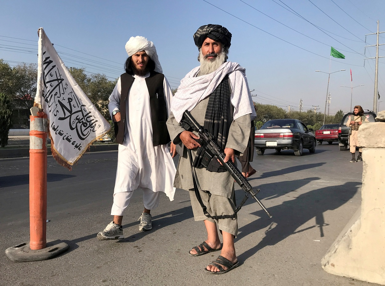 Combatientes talibanes, uno de ellos con con un rifle de asalto M16, frente al Ministerio del Interior afgano, en Kabul. REUTERS / Stringer