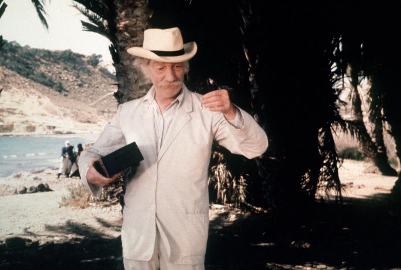 El actor, director y escritor Fernando Fernán Gómez en un momento de la película 'Los restos del naufragio'. EFE