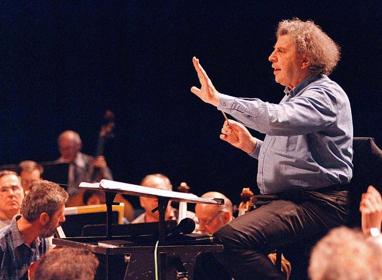 Fotografía de 1997 del compositor griego Mikis Theodorakis, en el ensayo de un concierto en Macedonia. REUTERS/Stringer
