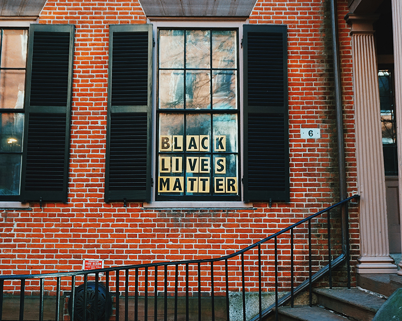 "Ventana con el lema ""Blick Lives Matter"" pegado en el interior."