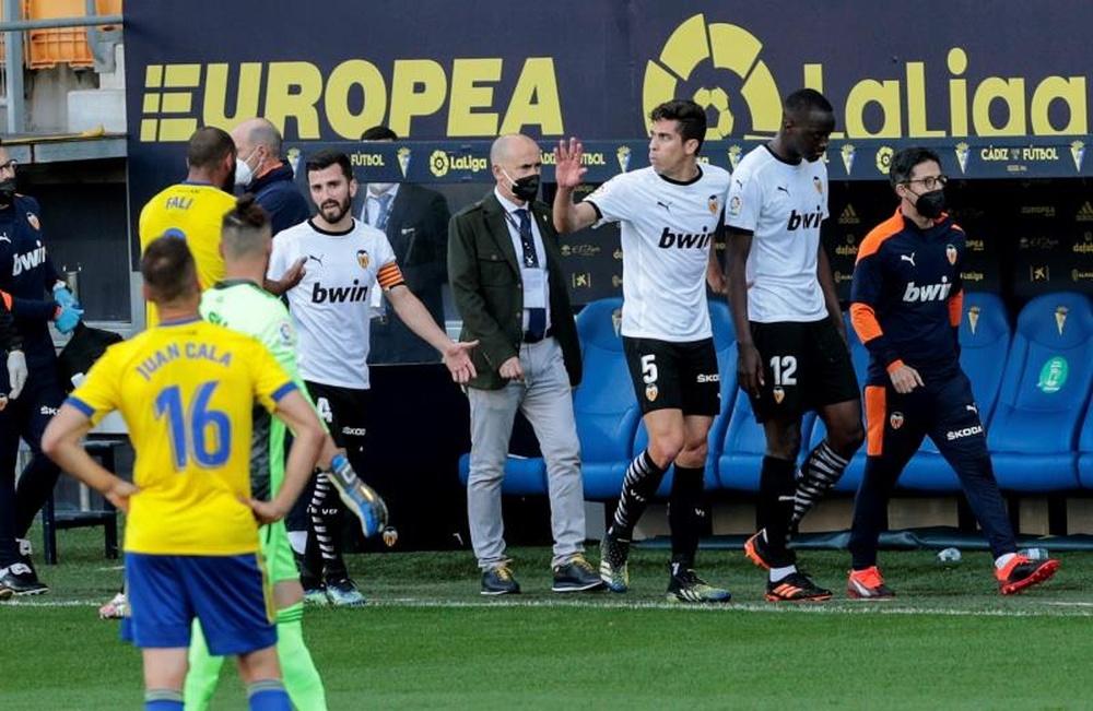Momento en el que el Valencia CF y Diakhaby reciben retirarse a los vestuarios tras el presunto insulto recibido por Cala.- EFE