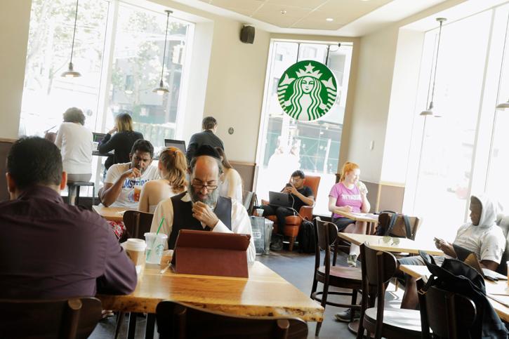 Una cafetería de la cadena Starbucks en Nueva York. REUTERS/Lucas Jackson