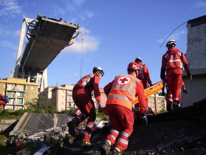 Trabajadores de la Cruz Roja de Italia buscan desaparecidos entre los escombros del puente Morandi en Génova, Italia. / EFE - OFICINA DE PRENSA DE LA CRUZ ROJA