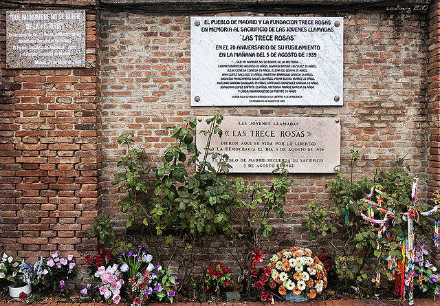 Monumento a las Trece Rosas en el cementerio de La Almudena de Madrid. WIKIPEDIA