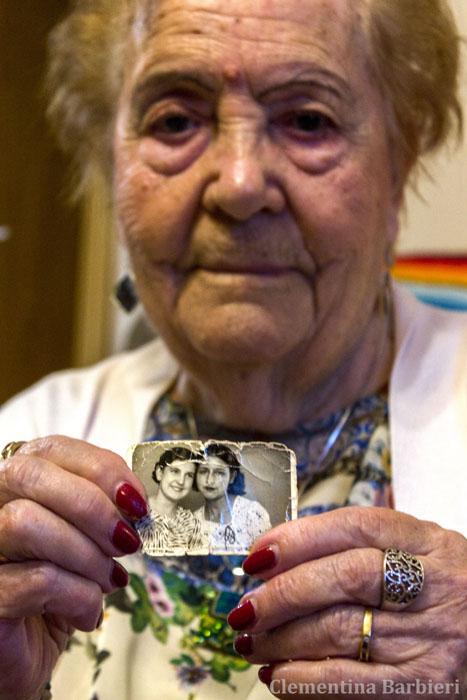 Isabel Montes sostiene una foto de ella de joven con Virtudes González, una de las Trece Rosas