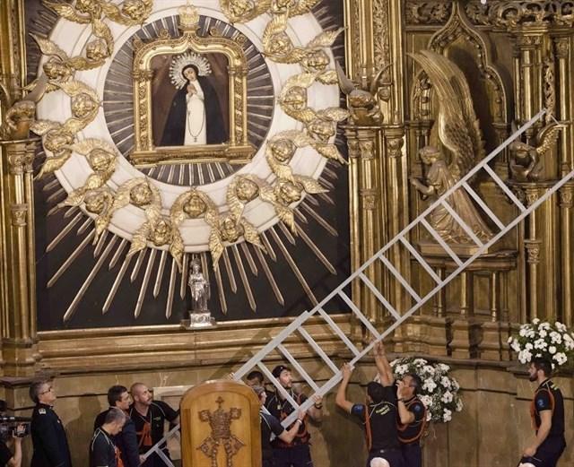 Miembros del Cuerpo de Bomberos de Madrid descuelgan la imagen de su patrona, la Virgen de la Paloma. Foto: Ayuntamiento de Madrid