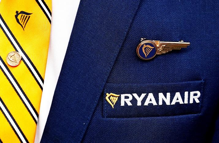 El logo de la aerolínea Ryanair, en el uniforme de un tripulante de cabina. REUTERS/Francois Lenoir