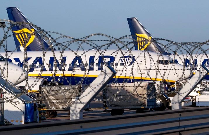Un aparato de la aerolíena Ryanair aparcado en las pistas del aeropuerto Charleroi de  Bruselas, durante la huelga de sus trabajadores del pasado 10 de agosto.  REUTERS/Yves Herman