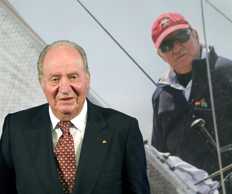 El rey Juan Carlos, tras la presentación en Santiago de Compostela de los campeonatos de Europa 2020 y del Mundo 2021 de la clase 6 metros que se celebrarán en Galicia. EFE/ Xoán Rey.