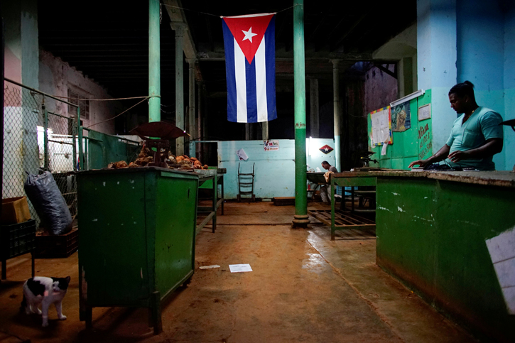 Una bandera cubana en una 'bodega' en La Habana. REUTERS/Alexandre Meneghini