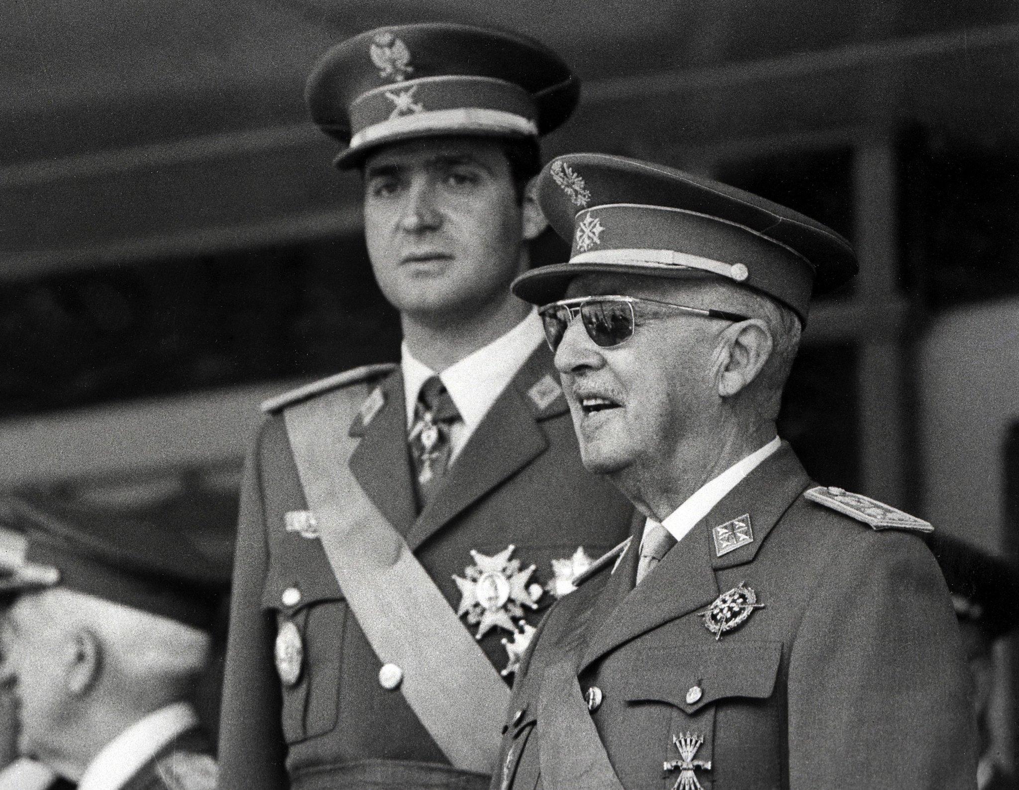 El dictador Francisco Franco con el entonces príncipe Juan Carlos, en el Desfile de la Victoria, en Madrid, en junio de 1971. AFP