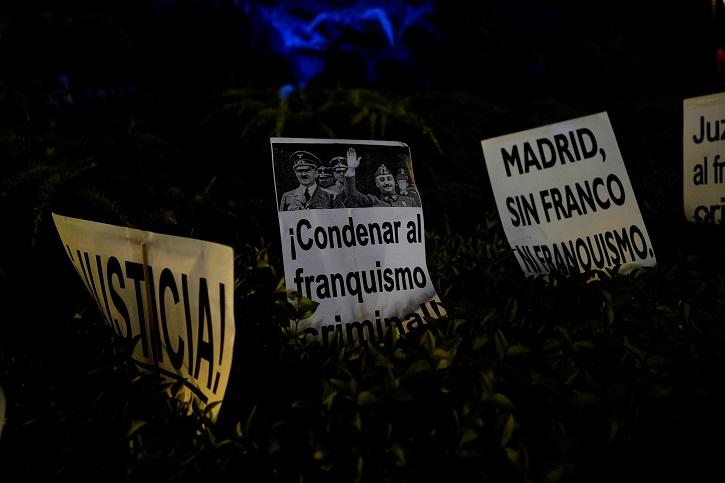 Pancartas de una manifestación contra el entierro del dictador Francisco Franco en la Catedral de la Almudena. REUTERS/Juan Medina