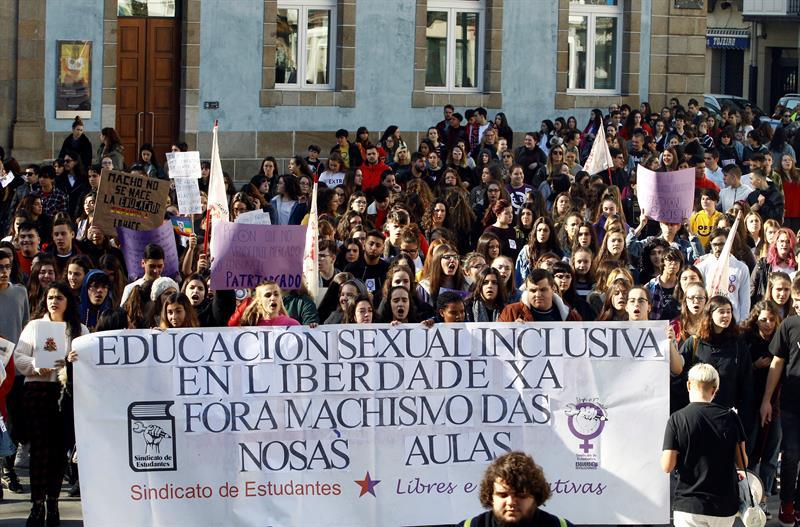 Manifestación en Ferrol del sindicato de estudiantes, durante la jornada de huelga contra el machismo en las aulas. EFE/Kiko Delgado