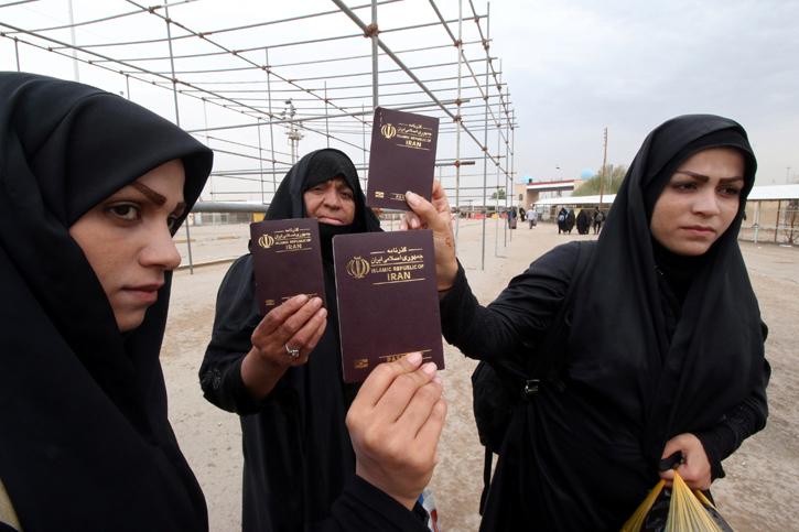 Mujeres iraníes muestran sus pasaportes en el cruce fronterizo de Shalamcha. REUTERS / Essam al-Sudani