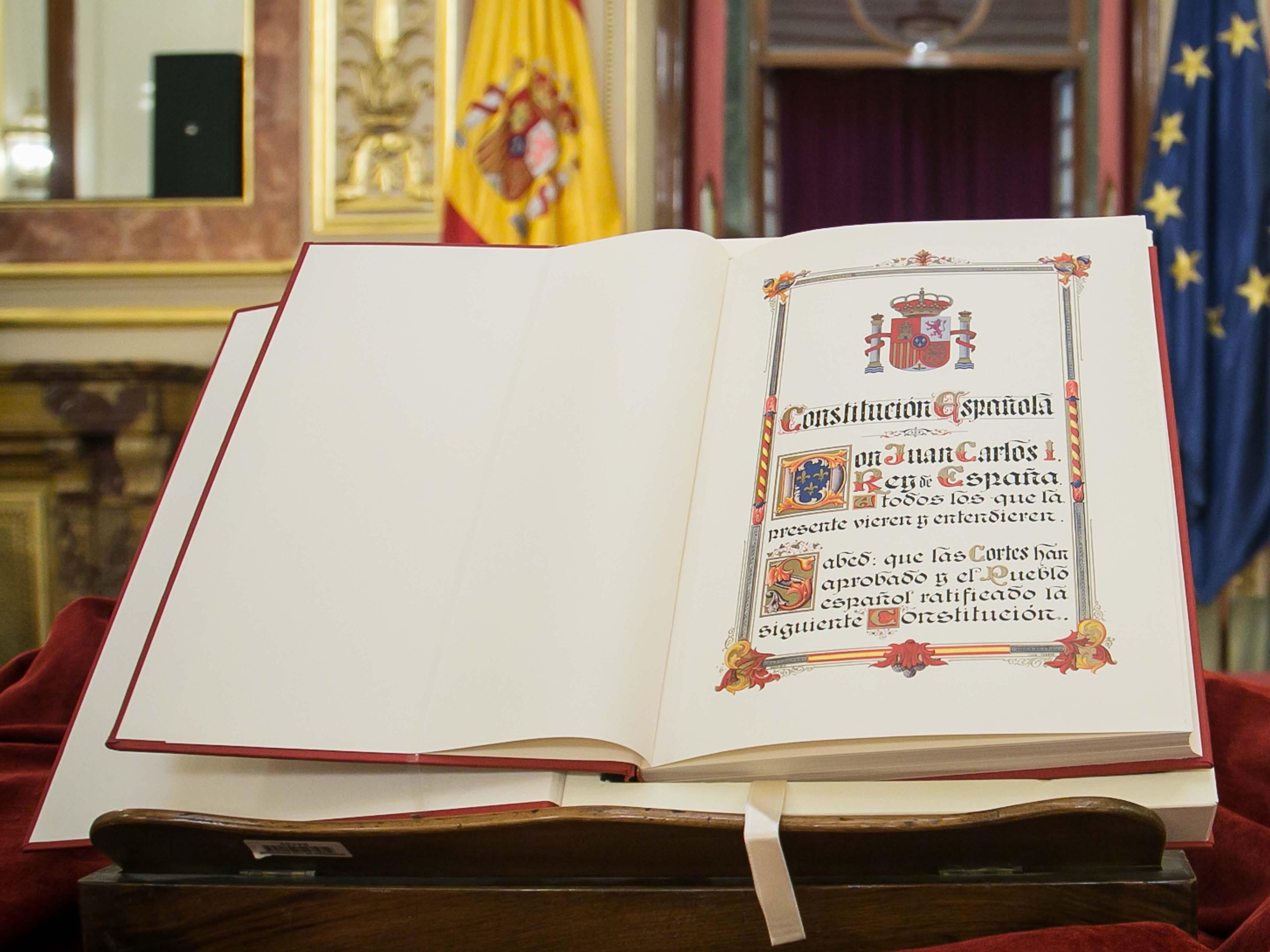 Ejemplar de la Constitución española de 1978 que se exhibe en el Congreso de los Diputados.
