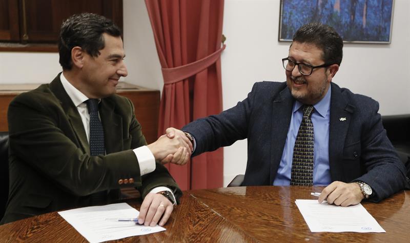 El presidente del PP-A, Juanma Moreno, estrecha la mano con el líder andaluz de Vox, Francisco Serrano, tras cerrar su acuerdo para permitir la investidura del candidato popular como presidente de la Junta de Andalucía. EFE/Jose Manuel Vidal