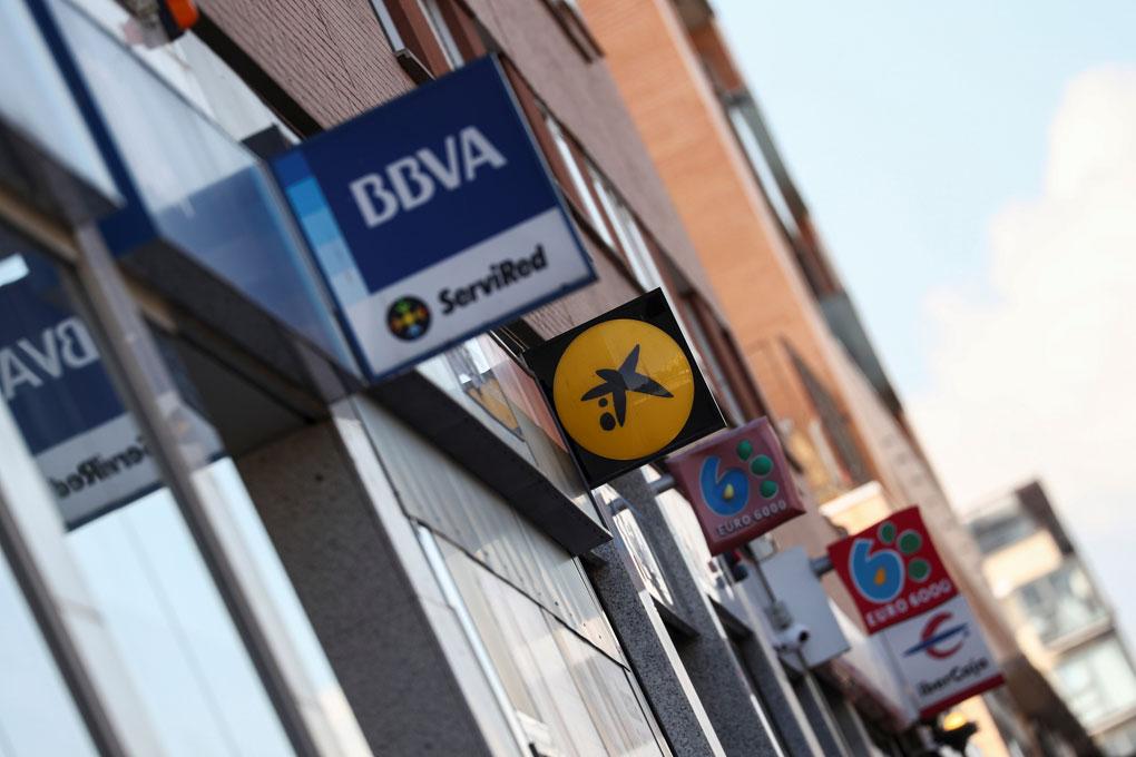 Varias oficinas bancarias en una calle de Madrid. REUTERS