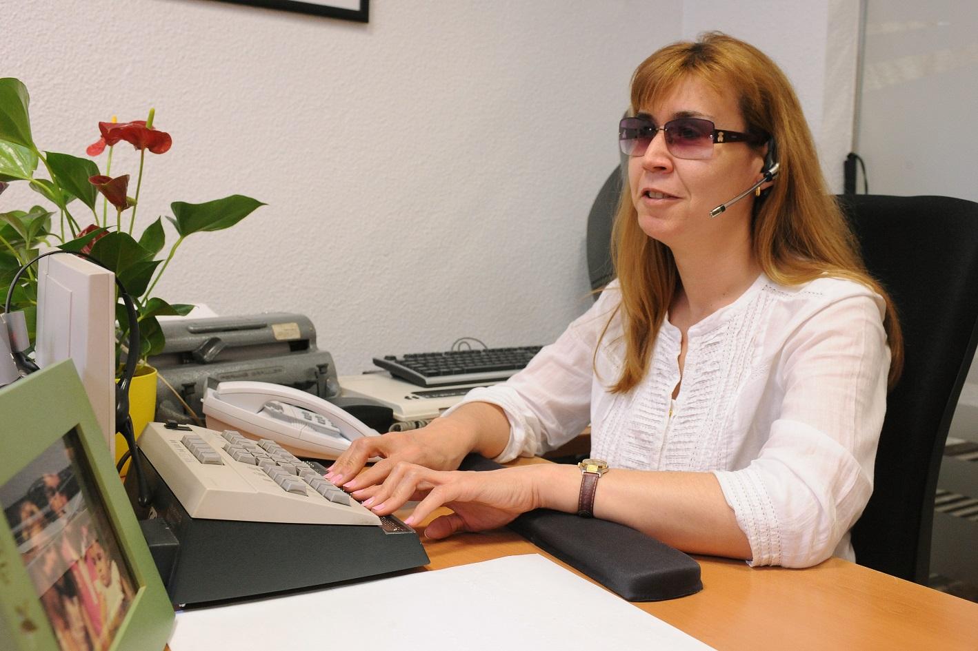 Trabajadora ciega en su puesto de trabajo.