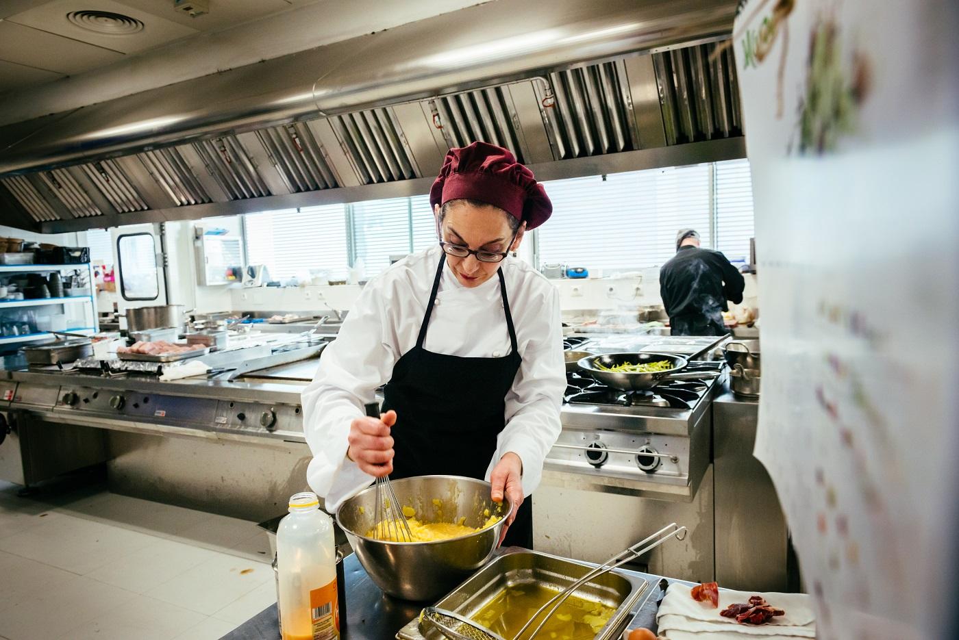 Mujer con discapacidad visual trabajando en un restaurante de Ilunion Hotels.