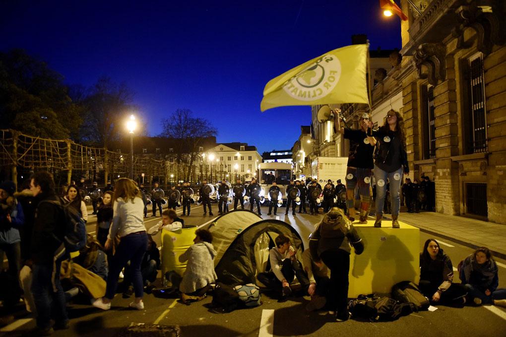 Participantes en una manifestación por el cambio climático acampa frente al Parlamento belga, en Bruselas. REUTERS/Eric Vidal