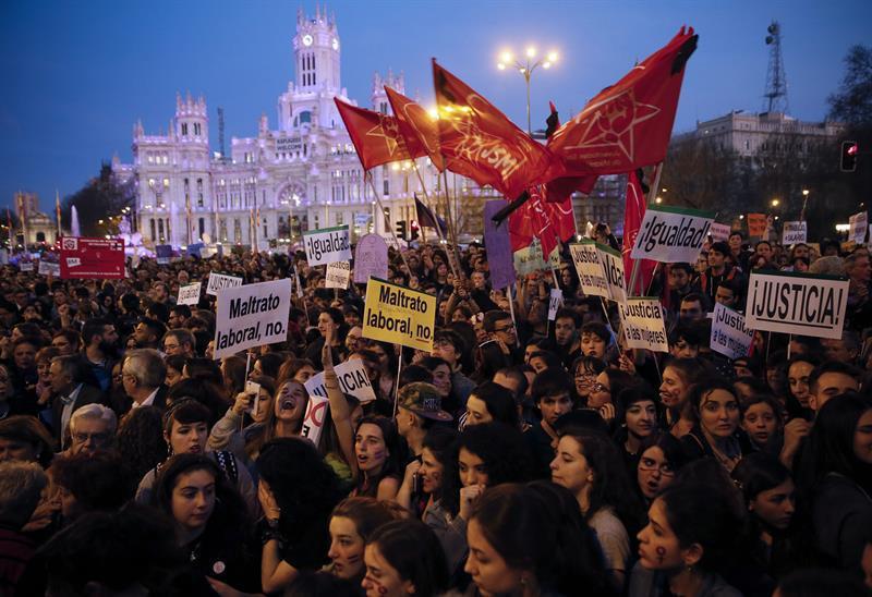 Mujeres en la manifestación del 8M de 2017 en Madrid. EFE