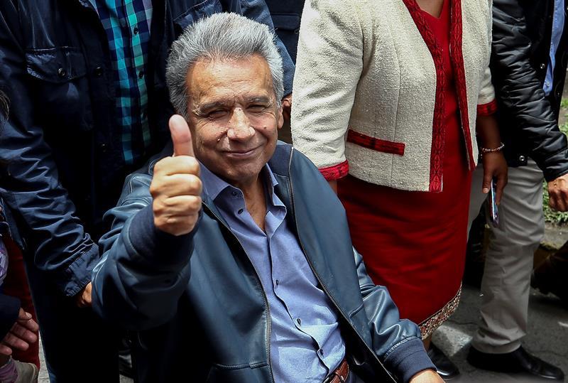 El presidente de Ecuador, Lenín Moreno, saluda tras un acto en Latacunga, tras el retiro del asilo a Julian Assange. EFE/ José Jácome