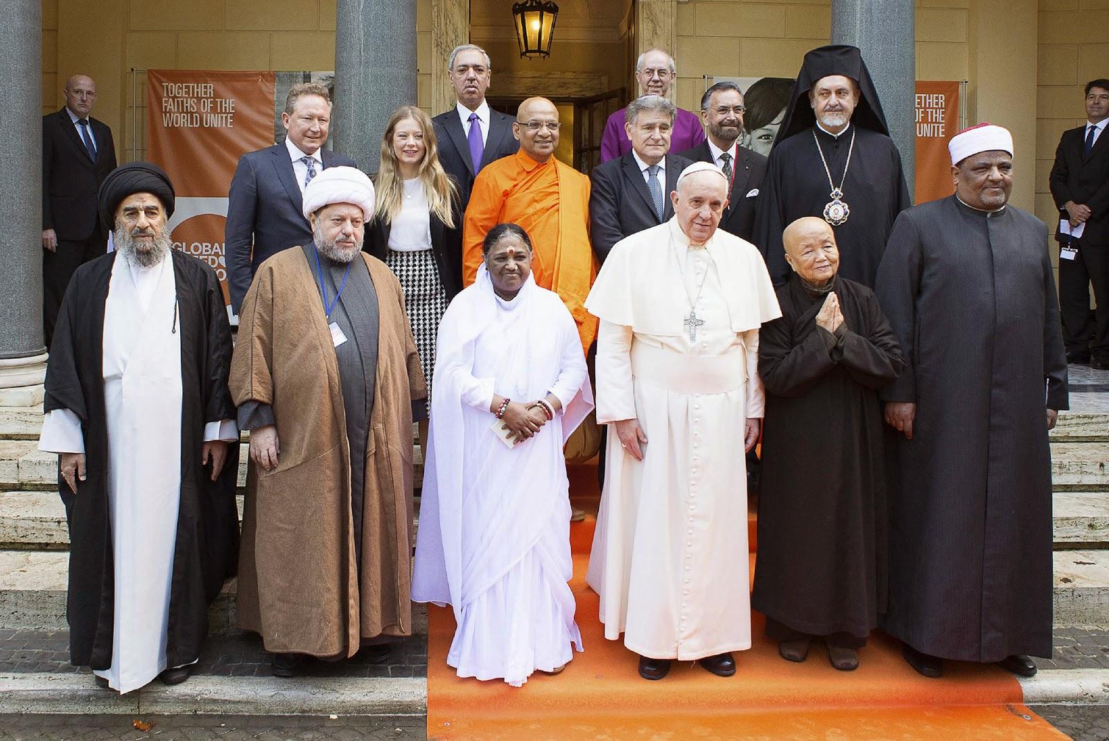 El papa Francisco con representantes de otras religiones.