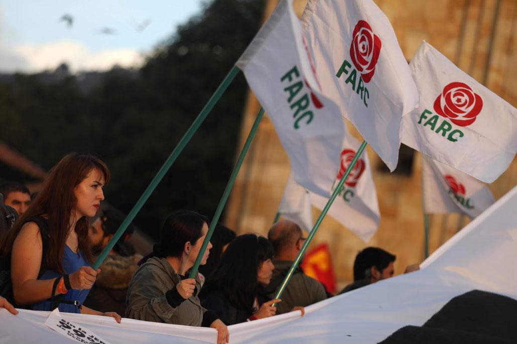 Una mujer sostiene una bandera las FARC durante una manifestación en apoyo de la Jurisdicción Especial para la Paz (JEP) en Bogotá. REUTERS