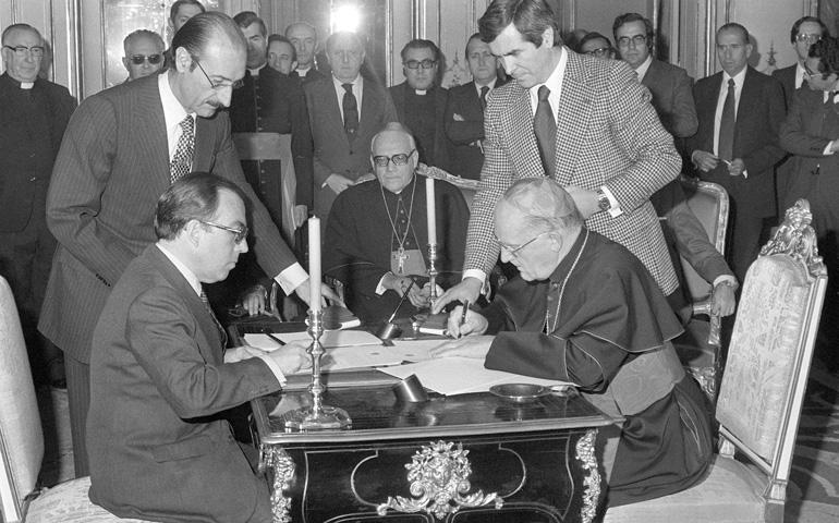 El entonces ministro de Asuntos Exteriores, Marcelino Oreja, firma en Madrid los acuerdos en enero de 1979 junto al cardenal Giovanni Villot, secretario de Estado vaticano.