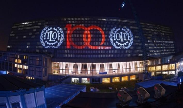 Proyección sobre la sede del la OIT de la identidad visual con la que el organismo internacional celebra su centenario