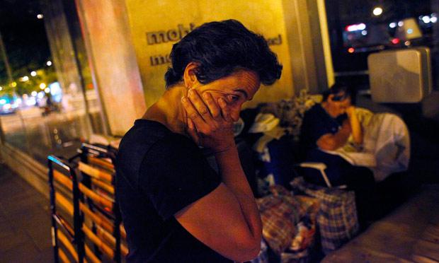 Una familia se prepara para dormir en la calle en Madrid. REUTERS