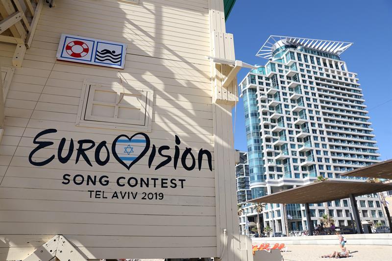 Una cabaña de salvavidas pintada con el logo del Festival de la Canción de Eurovisión en la playa de Tel Aviv (Israel). EFE/ Abir Sultan