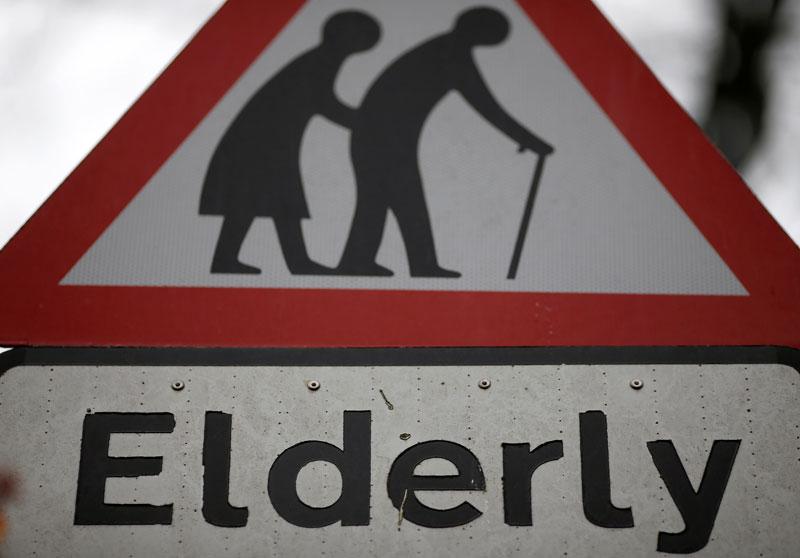 Señal de tráfico avisando de la cercanía de personas mayores, en norte de Inglaterra. REUTERS/Phil Noble